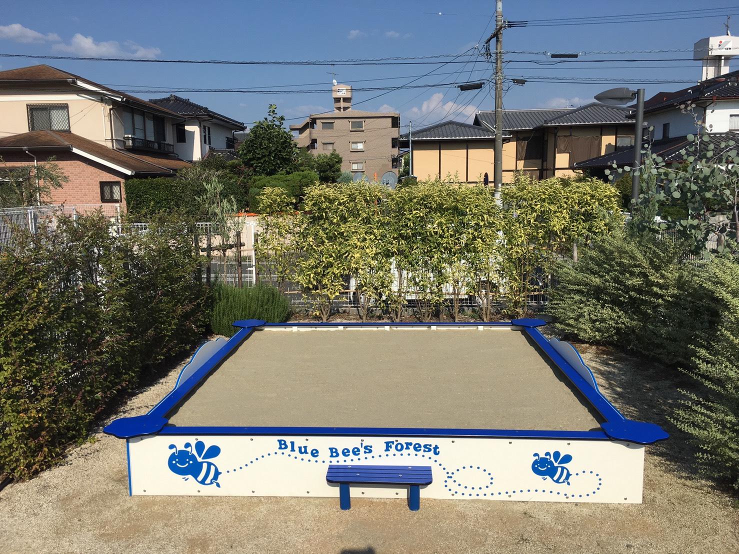 青い縁枠の砂場