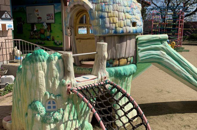 小人の小屋に付いた木製風のすべり台