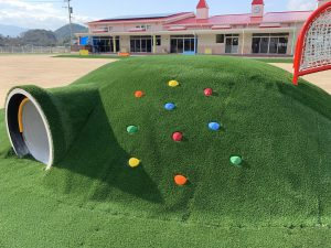 青赤緑黄色のストーンが埋め込まれた築山