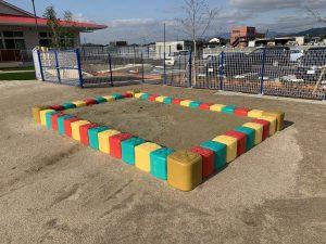 山野保育園 枠が赤緑黄色ブロックの砂場