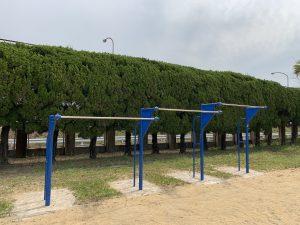 三連繋がった青い鉄棒